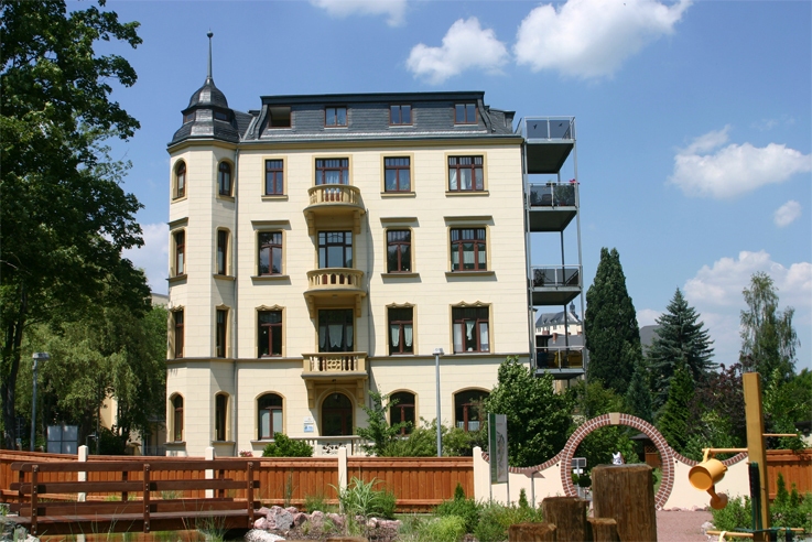 Entrance of the Klinik im Leben in Greiz from the garden