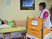 Терапевт и пациент Klinik im Leben используют прибор Трансуретрале простата-гипертермия при альтернативном лечении рака.